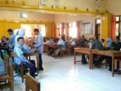 Para pendaftar PPDB di SMP N 4 Purworejo, saat menunggu untuk proses input data, Senin (17/6/2019) - foto: Sujono/Koranjuri.com