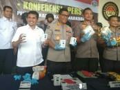 Polres Metro Jakarta Timur meringkus tiga orang pengedar narkoba jenis sabu seberat 7 kg di dua lokasi berbeda. Kedua tersangka bernama Dodi Saputra (34) dan Satrio Wira (26) dan Ari Susanto (34) - foto: Bob/koranjuri.com