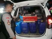 Sebuah mobil Toyota Avanza bermuatan 17 jerigen yang berisi 750 Liter minuman keras jenis Ciu Bekonang, Kamis malam (20/6) sekitar jam 23.30 WIB berhasil diamankan Polres Kebumen dalam sebuah razia - foto: Sujono/Koranjuri.com