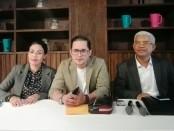 Bambang Aditya bersama dua kuasa hukumnya Dr. Made Arjaya, SH., MH. dan Ni Wayan Umi Martina, SH., MH., saat menggelar keterangan kepada media, Senin, 24 Juni 2019 - foto: Koranjuri.com