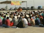 Umat Islam di Kabupaten Rote Ndao, Nusa Tenggara Timur menggelar ibadah Shalat Ied di pelataran Pelabuhan Ba'a, Rabu, 5 Juni 2019 - foto: Istimewa