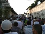 Keterangan foto: Ribuan umat muslim memggelar sholad ied di keraton Solo/ Foto: koranjuri