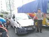 Kanitlaka Satlantas Polres Purworejo, Ipda Mustofa, menunjukkan barang bukti mobil Suzuki bernopol AA 8613 JD, yang dikemudikan Firman Wibowo (23), warga Desa Tamansari, Butuh - foto: Sujono/Koranjuri.com
