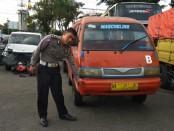 Kanitlaka Satlantas Polres Purworejo, Ipda Mustofa, saat menunjukkan bagian bodi mobil angkot yang mengenai korban - foto: Sujono/Koranjuri.com
