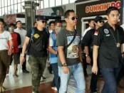 Empat tersangka sindikat narkoba internasional yang tertangkap di Riau tiba di Bandara Internasional Soekarno-Hatta, Kamis, 11 Juli 2019 - foto: Bob/Koranjuri.com