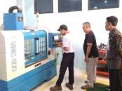 Slamet Sarwo Edi, saat menjalani latihan menggunakan mesin CNC Milling di SMKN 1 Purworejo - foto: Sujono/Koranjuri.com