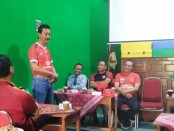 Angko Setiyarso Widodo, saat memberikan keterangan dalam jumpa persnya, Selasa (30/7), di gedung SMK TKM Purworejo, sebelum uji tanding antara ISP Junior dengan Timnas Pelajar U-16 - foto: Sujono/Koranjuri.com