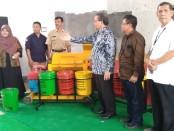 Anggota Komisi X DPR RI, Bambang Sutrisno (ketiga dari kanan), saat menyerahkan bantuan mesin pengolah sampah terpadu bagi masyarakat Desa Bandungrejo, Bayan, Purworejo, Senin (26/8) - foto: Sujono/Koranjuri.com