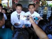Manager Komunikasi PLN Unit Induk Distribusi Bali Made Arya dan Humas Candra - foto: Koranjuri.com