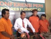 Ketiga pelaku pencurian kayu sonokeling di lokasi kawasan hutan milik Perum Perhutani, ikut Desa Kentengrejo, Purwodadi, Purworejo, Minggu (21/7), berhasil diamankan polisi dengan sejumlah barang bukti - foto: Sujono/Koranjuri.com