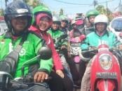 Walikota Surabaya Tri Rismaharini menumpang ojek online dari hotel tempatnya menginap saat menghadiri Kongres PDIP Ke-5 di Hotel Grand Inna Bali Beach, Sanur, Bali, Kamis, 8 Agustus 2019 - foto: Istimewa