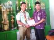 Gilang Riski Hamsah, peraih juara satu dalam International Open Tournament Pencak Silat Bali International Championship 1 2019, bersama Ahmad Kamdani, Kepala SMK YPP Purworejo - foto: Sujono/Koranjuri.com