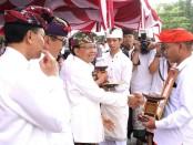 Gubernur Bali Wayan Koster menyerahkan penghargaan kepada tokoh dan ASN berprestasi di lingkungan Pemprov Bali - foto: Istimewa