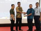 Penyerahan modul (kurikulum) budaya industri, dari Direktur PT Komatsu Indonesia, Risdhianto Budi Irawan, kepada Kepala SMKN 1 Purworejo, Budiyono, Rabu (7/8) lalu di Jakarta - foto: Sujono/Koranjuri.com