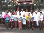 Pengurus Yayasan Dwijendra dan pimpinan unit sekolah bersama pemenang lomba usai mengikuti upacara peringatan HUT Ke-74 Kemerdekaan RI pada Sabtu, 17 Agustus 2019 - foto: Koranjuri.com
