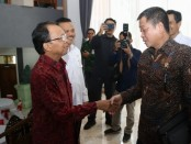 Menteri ESDM Ignasius Djonan bertemu dengan Gubernur Bali Wayan Koster pada penandatanganan Perjanjian Kerjasama antara Pemprov Bali dengan PT. PLN (Persero), di ruang Wiswa Sabha Utama Kantor Gubernur Bali, Rabu, 21 Agustus 2019 - foto: Istimewa