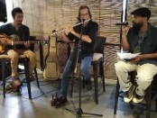 Penyair Jamaica Jamel A. Hall menampilkan karya puisinya di Restoran Shrida Taste of Ubud, Sabtu, 25 Agustus 2019 - foto: Koranjuri.com