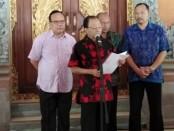 Gubernur Bali Wayan Koster melakukan konferensi pers terkait surat penghentian reklamasi Pelabuhan Benoa kepada PT Pelindo III di Jaya Sabha, Denpasar, Minggu, 25 Agustus 2019 - foto: Koranjuri.com