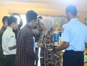 Wabup Purworejo, Yuli Hastuti, saat menyerahkan piala pada peraih juara, saat penutupan LKS SMK tingkat Kabupaten Purworejo, Kamis (5/9) - foto: Sujono/Koranjuri.com