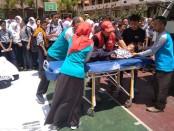 Kegiatan simulasi tanggap bencana, yang diikuti para peserta Pelatihan Siaga Bencana Berbasis Sekolah Bagi Pembina Palang Merah Remaja (PMR) Madya se-Kabupaten Purworejo, Kamis (26/9) di SMP N 4 Purworejo - foto: Sujono/Koranjuri.com