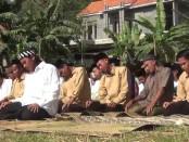 Warga dan santri Ponpes Al Hasani, Jatimulyo, Alian, Kebumen, saat melakukan sholat minta hujan (Istisqo), Kamis (26/9) sore - foto: Sujono/Koranjuri.com