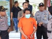Tersangka MBA, warga Desa Rebug, Kemiri, kini ditahan di Mapolsek Purworejo dengan sejumlah barang bukti - foto: Sujono/Koranjuri.com