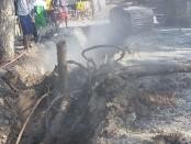 Pipa PDAM yang rusak terkena beckho dalam proyek pembuatan saluran pembuangan air, masuk wilayah Desa Popongan, Banyuurip - foto: Sujono/Koranjuri.com