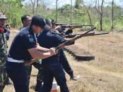 Para petugas dari Rutan Purworejo, saat mengikuti kegiatan latihan menembak, Kamis (5/9), di lapangan tembak Sekip, Bayan, dengan bimbingan pelatih dari Kodim 0708 Purworejo - foto: Sujono/Koranjuri.com