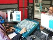 Kapolsek Gebang AKP Suprihadi, saat melakukan siaran dalam program TKP di Studio Radio Shoutuna FM - foto: Istimewa