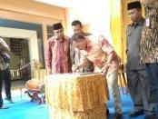 Bupati Purworejo Agus Bastian, saat meresmikan ruang kepala sekolah SMP N 4 Purworejo, dengan penandatanganan prasasti, Kamis (10/10) - foto: Sujono/Koranjuri.com