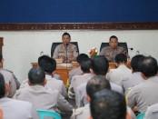 Kapolres Kebumen AKBP Rudy Cahya Kurniawan saat memberikan arahannnya kepada para anggota Bhabinkamtibmas, Kamis (10/10) sore - foto: Sujono/Koranjuri.com
