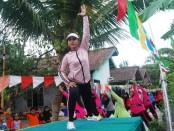 Warga RT 02 RW 02 Kledung Karangdalem, Banyuurip, Purworejo, melakukan olahraga bersama, saat meresmikan jalan di perkampungan mereka, Minggu (20/10) pagi - foto: Sujono/Koranjuri.com