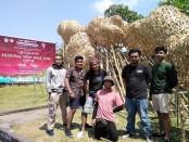 Wayan Sudarma Putra atau Nano Uhero bersama tim saat melakukan instalasi karyanya berjudul 'Wiping the Rain' di Taman Budaya Bali, Kamis, 24 Oktober 2019 - foto: Koranjuri.com