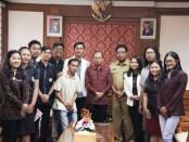 Gubernur Koster saat menerima audiensi Kesatuan Mahasiswa Hindu Dharma Indonesia (KMHDI) Provinsi Bali di ruang tamu Kantor Gubernur Bali, Renon, Denpasar pada Selasa (29/10) pagi - foto: Istimewa