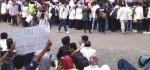 Polwan Ajak Berjoget Peserta Aksi Demo Mahasiswa di Purworejo