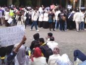 Ratusan mahasiswa Universitas Muhammadiyah Purworejo (UMP) dan Angkatan Muda Muhammadiyah (AMM), saat melakukan aksi damai, Kamis (3/10) - foto: Sujono/Koranjuri.com