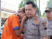 WS (19), warga Kecamatan Pejagoan, Kebumen, tersangka kasus penggelapan mobil, menangis tersedu dalam pelukan Kapolres Kebumen, AKBP Rudy Cahya Kurniawan - foto: Sujono/Koranjuri.com