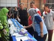Pelaksanaan test urine di Rutan Purworejo, Jum'at (11/10), oleh petugas dari Satnarkoba Polres Purworejo - foto: Sujono/Koranjuri.com