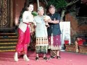 Janet De Neefe, Made Taro (tengah) dan Ketut Suardana - foto: Koranjuri.com