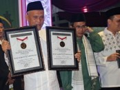 Keterangan foto: Penyerahan rekor MURI kepada jajaran pengurus PCNU Kabupaten Boyolali.