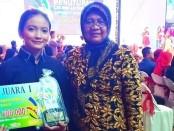 Lasmi Yatun, siswa peraih juara satu dalam LKS SMK tingkat Provinsi Jateng tahun 2019 untuk mata lomba Restaurant Service, bersama Indriati Agung Rahayu, Kepala SMK N 3 Purworejo - foto: Sujono/Koranjuri.com