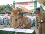 Penandatanganan surat keputusan pembentukan Konselor Remaja di SMK TKM Purworejo, Senin (11/11/2019) - foto: Sujono/Koranjuri.com