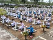 Suasana saat siswa-siswi SMK N 8 Purworejo mengadakan kegiatan ziarah dan tabur bunga di Taman Makam Pahlawan Projo Handoko Loyo, di Desa Lugosobo, Gebang, Minggu (10/11/2019) - foto: Sujono/Koranjuri.com