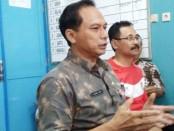 Sukmo Widi Harwanto (kiri), Kepala Dinas Pendidikan Kabupaten Purworejo, saat memberikan keterangan persnya, Jum'at (22/11/2019) - foto: Sujono/Koranjuri.com