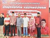 Ketua DPC PDIP Kabupaten Purworejo, Dion Agasi Setiabudi, bersama balon bupati dan wabup Purworejo yang mendaftar lewat PDIP - foto: Sujono/Koranjuri.com