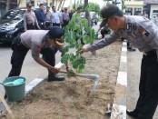 Kapolres Kebumen AKBP Rudy Cahya Kurniawan, saat menanam pohon trembesi dalam rangka memperingati Hari Menanam Pohon Nasional, Kamis (29/8/11) - foto: Sujono/Koranjuri.com