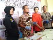 Tersangka IP, pelaku pembacokan terhadap tetangganya sendiri, kini ditahan di Mapolres Purworejo dengan sejumlah barang bukti - foto: Sujono/Koranjuri.com