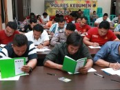Puluhan anggota Polres Kebumen saat mengikuti Tes Kesehatan Jiwa dari Biddokes PoldaJateng, Rabu (6/11) - foto: Sujono/Koranjuri.com