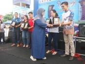 Wakil Bupati Yuli Hastuti saat menyerahkan penghargaan kepada para juara penilaian stand pameran saat penutupan Romansa Purworejo Expo, Minggu (3/11/2019) - foto: Sujono/Koranjuri.com