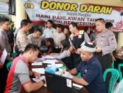 Para personel Polres Kebumen, saat mengikuti kegiatan donor darah dalam rangka memperingati Hari Pahlawan, Selasa (12/11/2019) - foto: Sujono/Koranjuri.com